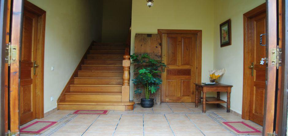 entrada-principal-apartamentos-rurales-la-escuela-jpg