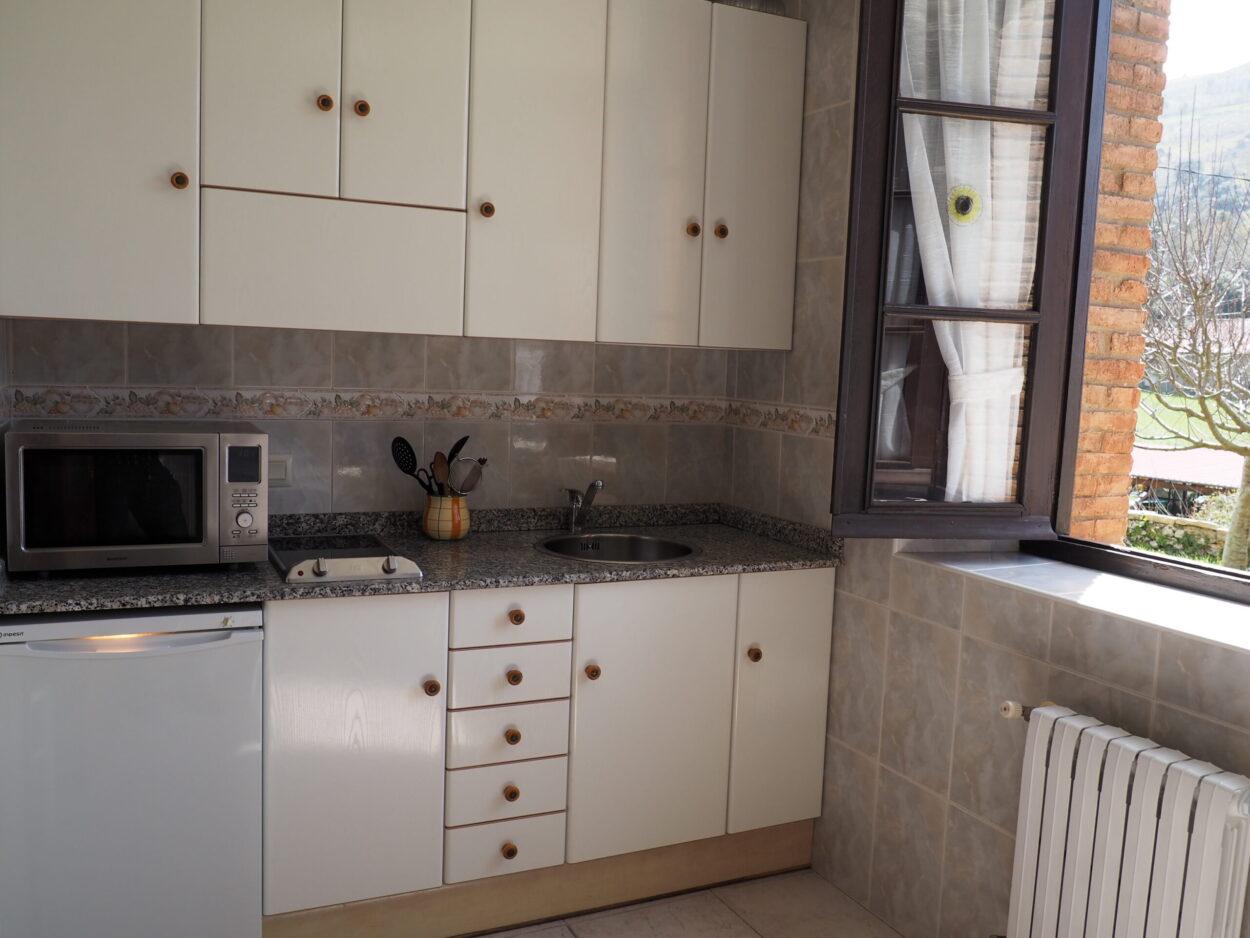 Cocina3-Apartamentos-Rurales-La-Escuela-Buelles-Turismo-Rural-Fito